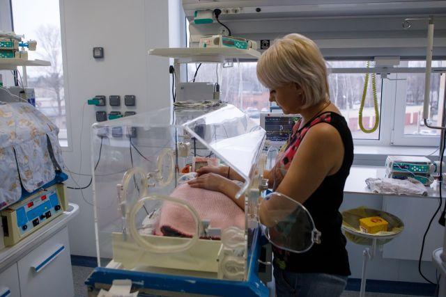 У детишек, родившихся недоношенными, могут быть проблемы с легкими, со зрением, слухом, но при правильном выхаживании последствия бывают минимальными.