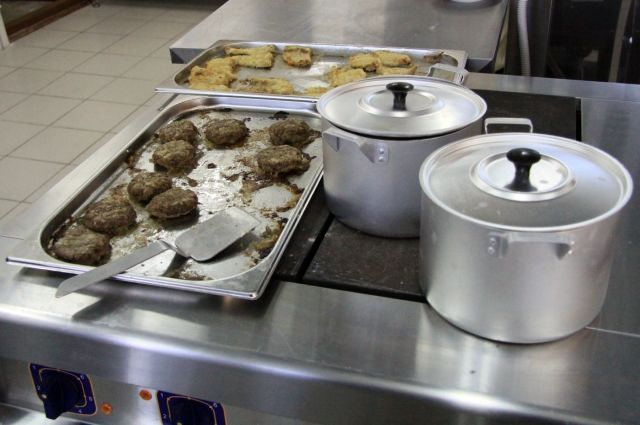 Образцы пищевых продуктов взяты для исследования и установления причин отравления.