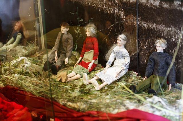 Все куклы в коллекции абсолютно разные, у каждой свои черты лица, одежда, волосы.