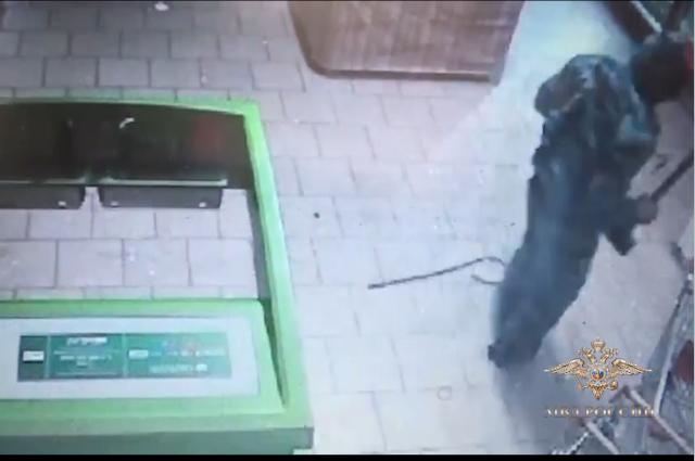 Преступники пытались взломать банкомат подручными средствами, и довольно долго.