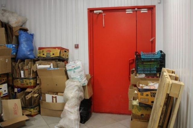 Вот так стоящие ящики у дверей считаются нарушением правил пожарной безопасности.