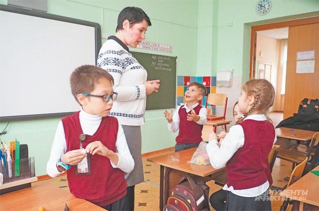 Дети обожают Марию Михайловну. Она говорит, что никакого секрета здесь нет– надо только относиться кдетям суважением иобщаться сними наравных.