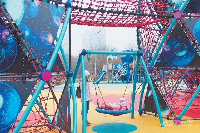 Площадку в космическом стиле посещают местные дети всех возрастов.