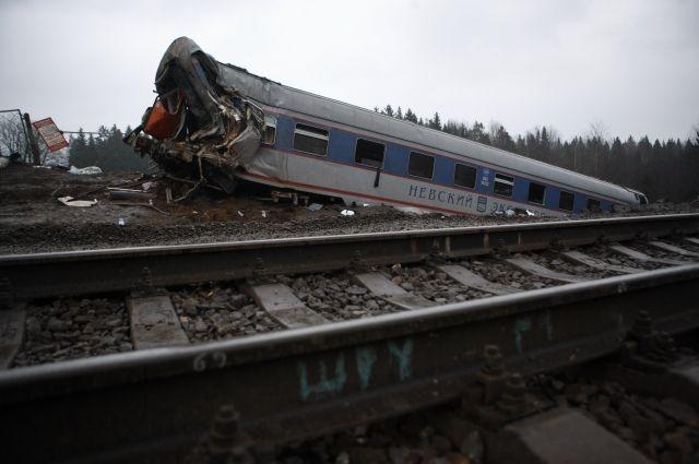 Первые десять вагонов поезда, двигавшегося со скоростью 190 км/ч, успели миновать образовавшуюся от взрыва воронку. Три вагона в хвосте завалились набок, причём последний оторвался от состава, снёс столбы с проводами и встал вертикально.