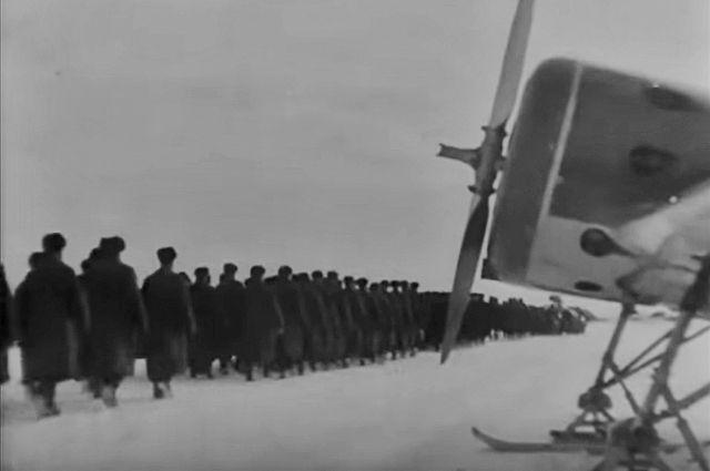 Каждого приземления грузового самолёта и взрослые, и малышня ждали с нетерпением. Это означало, что жизнь продолжается - с воздуха в город на Неве снова поступила столь необходимая помощь. КАдр из фильма «Ленинград в борьбе», 1942 г.