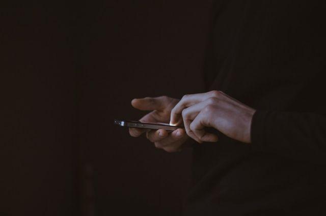 Житель тюменского села обманом похитил телефон у горожанина