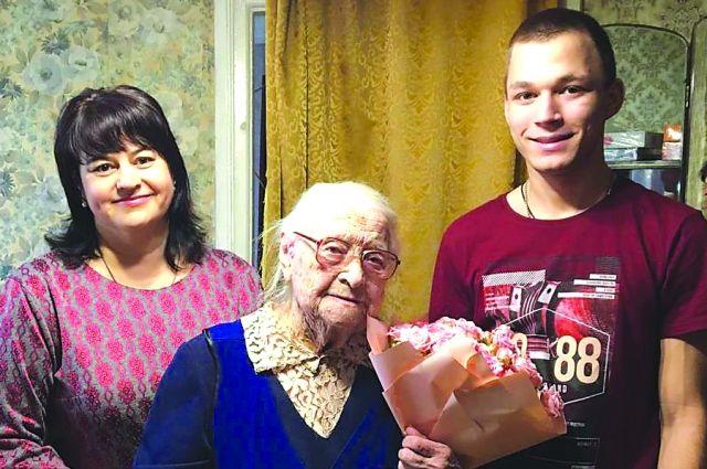 Тамара Русанова с внучкой Оксаной и правнуком Виталием.