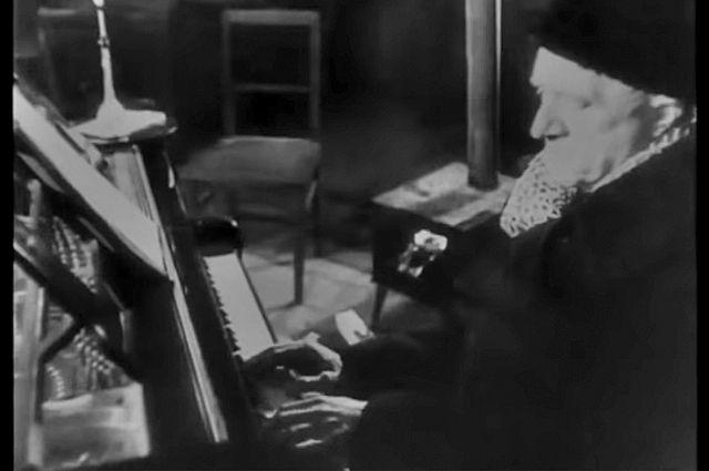 Как многие говорили впоследствии, музыка помогла им выжить: в осаждённом городе она стала символом жизни и придавала его жителям сил. Кадр из фильма «Ленинград в борьбе». 1942.