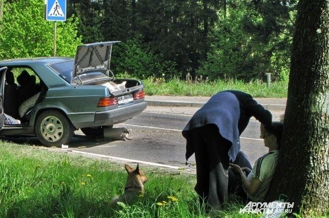 Жители рискуют жизнями, когда идут по краю трассы.