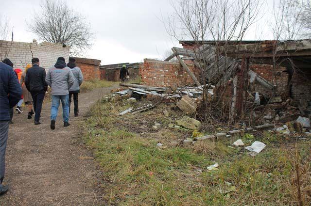 Жители Авторемзаводского микрорайона Можги пожаловались на дорогу школьников через полуразрушенные гаражи, где нет ни тротуара, ни нормального освещения.