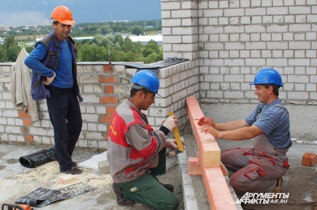 ольше половины приезжих из стран Средней Азии  — строители.