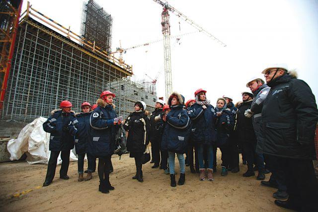 Участники визита познакомились с ходом работ, побеседовали со строителями  и сотрудниками.