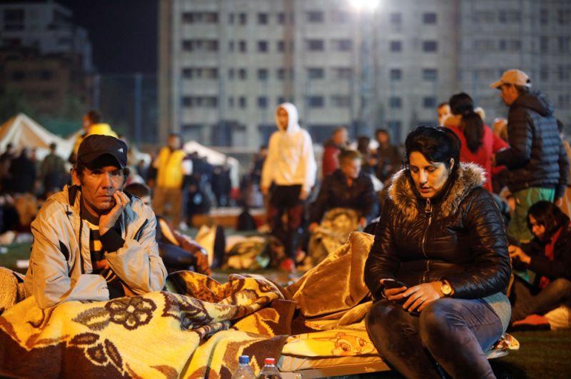 Пострадавшие во временном лагере в Дурресе после землетрясения.