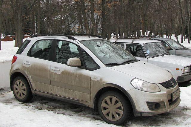 Видимость грязного автомобиля падает примерно в два раза.