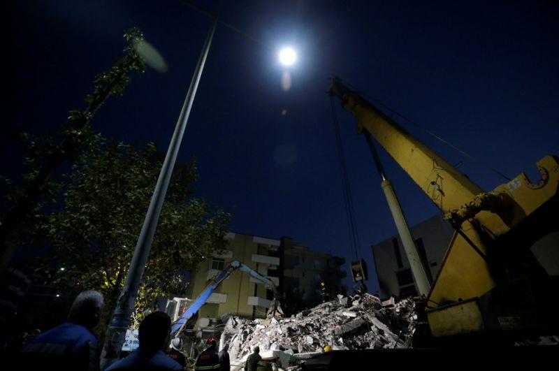 Работа спасателей на месте обрушившегося здания в Дурресе.
