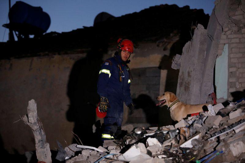 Спасатели разбирают обломки зданий в Тумане.