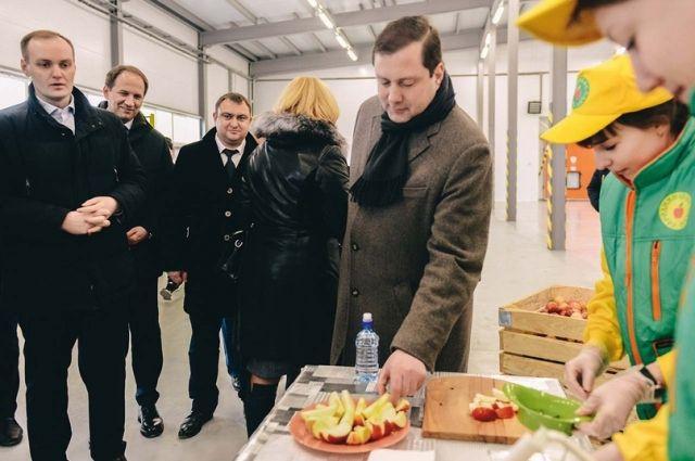 «Очень вкусные яблоки, сочные, хрустящие», - оценил продукцию предприятия губернатор Алексей Островский.
