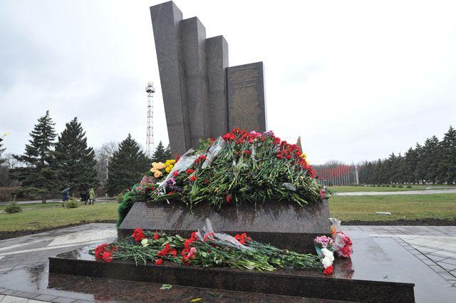 Памятник жертвам авиакатастрофы Boeing 737 перед аэровокзалом в Ростове-на-Дону.