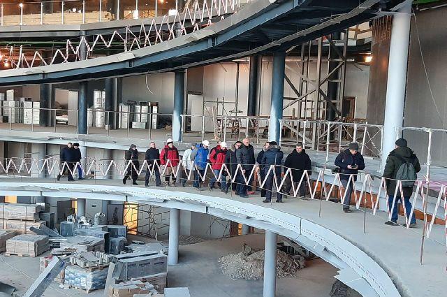 Министр и региональные чиновники осмотрели строительную площадку, которую взялся делать уже третий подрядчик.