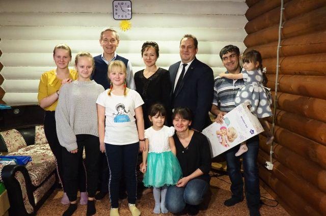 Многодетная семья Пушкаревых из Юргинского принимала гостей в новом доме