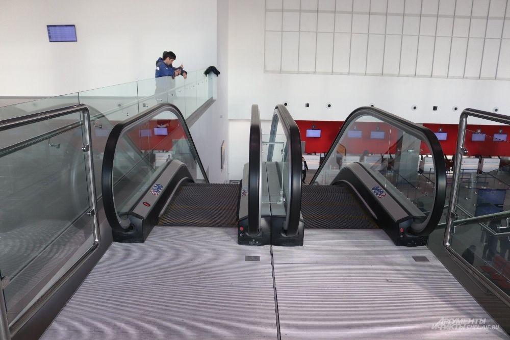 На второй этаж ведут эскалаторы.