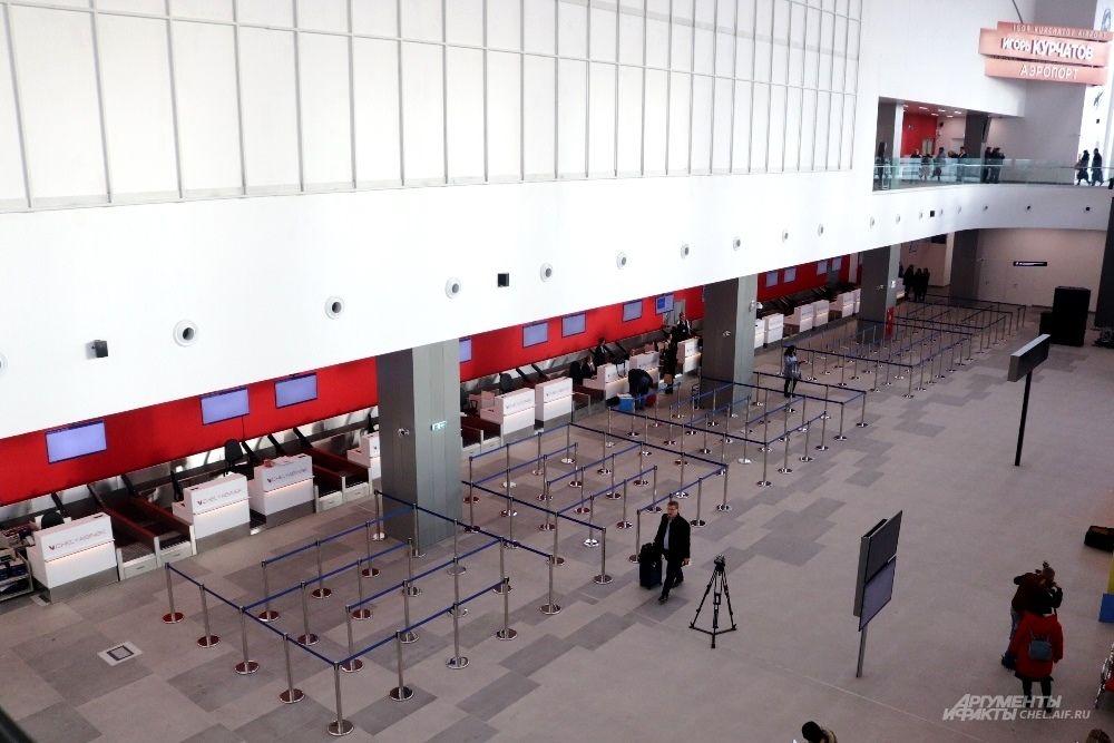 Перед стойками регистрации - специальные разделители, чтобы очередь была компактной.