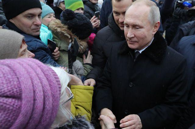 Президент РФ Владимир Путин во время общения с местными жителями после церемонии открытия памятника писателю и общественному деятелю Даниилу Гранину.