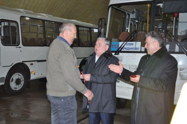В рабочем посёлке Сузун произошло сразу три знаменательных события: появление двух новых автобусов, открытие модельной библиотеки и празднование Дня работников сельского хозяйства и перерабатывающей промышленности.