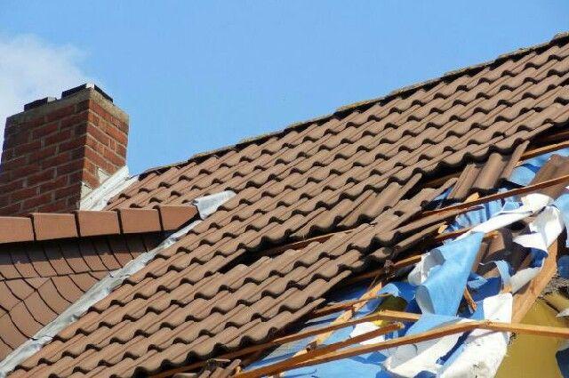 Сразу после протечки крыши пишите заявление в управляющую компанию.
