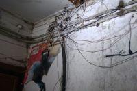 Требующие ремонта стены попали на видео.