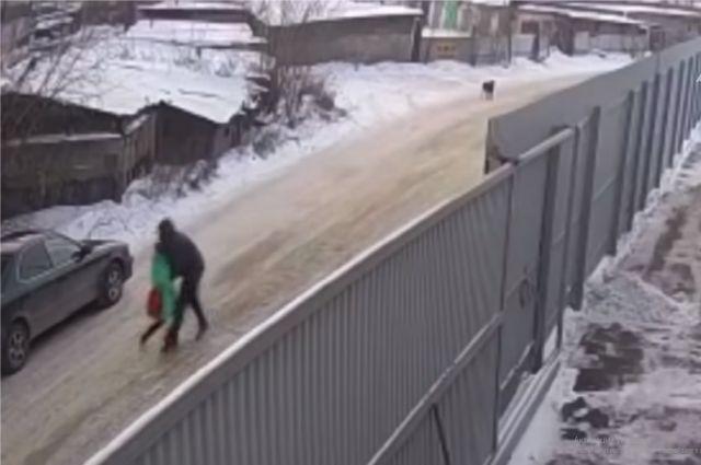 Момент преступления зафиксировала камера видеонаблюдения.