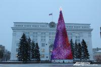 Главная ёлка Кузбасса может ежедневно менять световые программы, их в ней около тысячи.