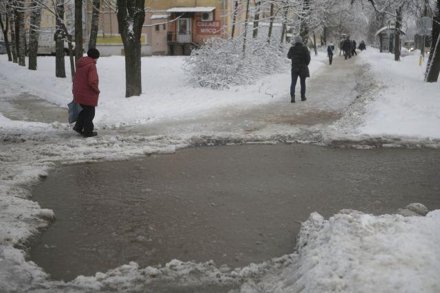 Вмороз на дорогах и улицах образовываются грязевые лужи.