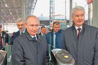 Вместе сСергеем Собяниным Владимир Путин совершил первую поездку на«Иволге» достанции «Фили» иобратно.