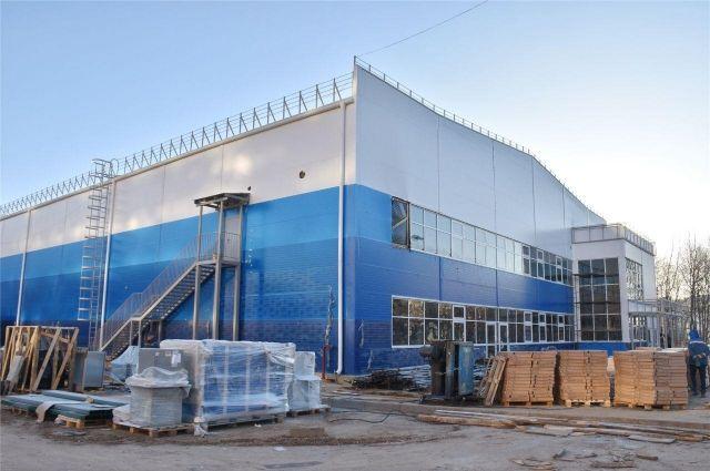 Строители обещают достроить Региональный центр по хоккею в срок.
