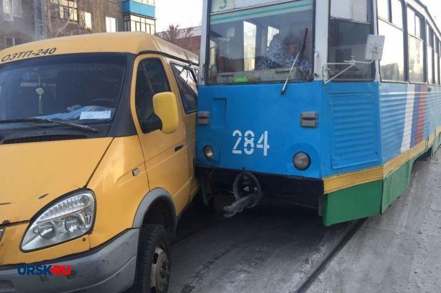 В Орске столкнулись трамвай, «ГАЗель» и иномарка.