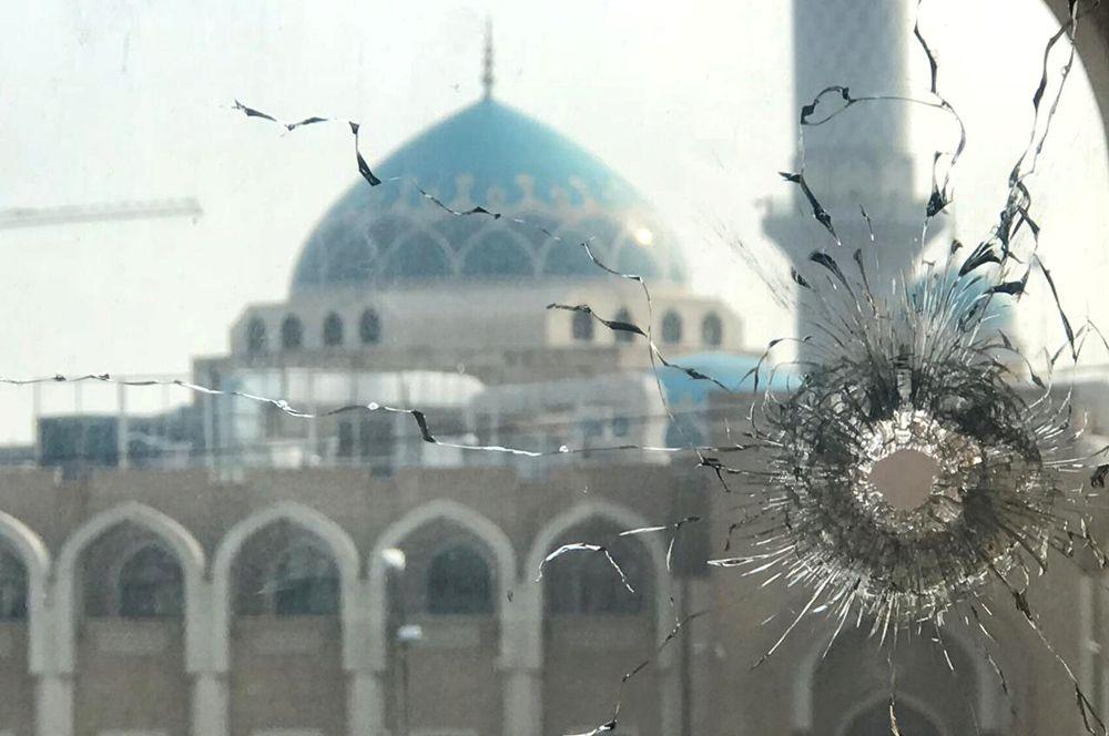 Разбитое окно на фоне храма Аль-Хаким в Эн-Наджафе, Ирак. В стране продолжаются антиправительственные акции протеста.