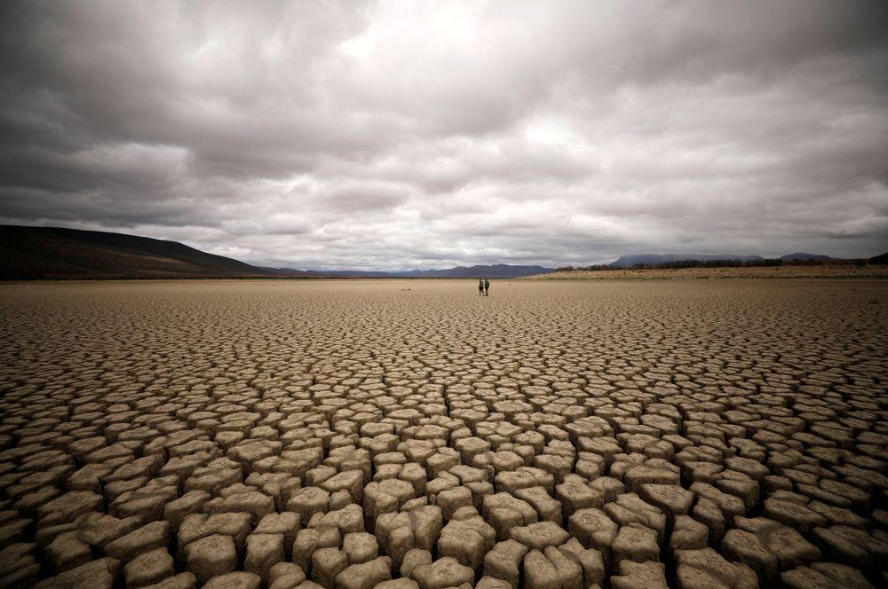 Высохшее водохранилище у дамбы около города Храфф-Рейнет в ЮАР. В регионе наблюдается сильная засуха.