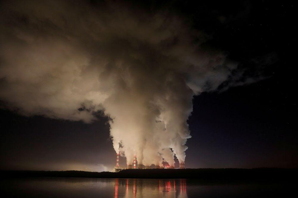 Пар, поднимающийся от Белхатувской ТЭС в Польше — крупнейшей в Европе угольной электростанции.