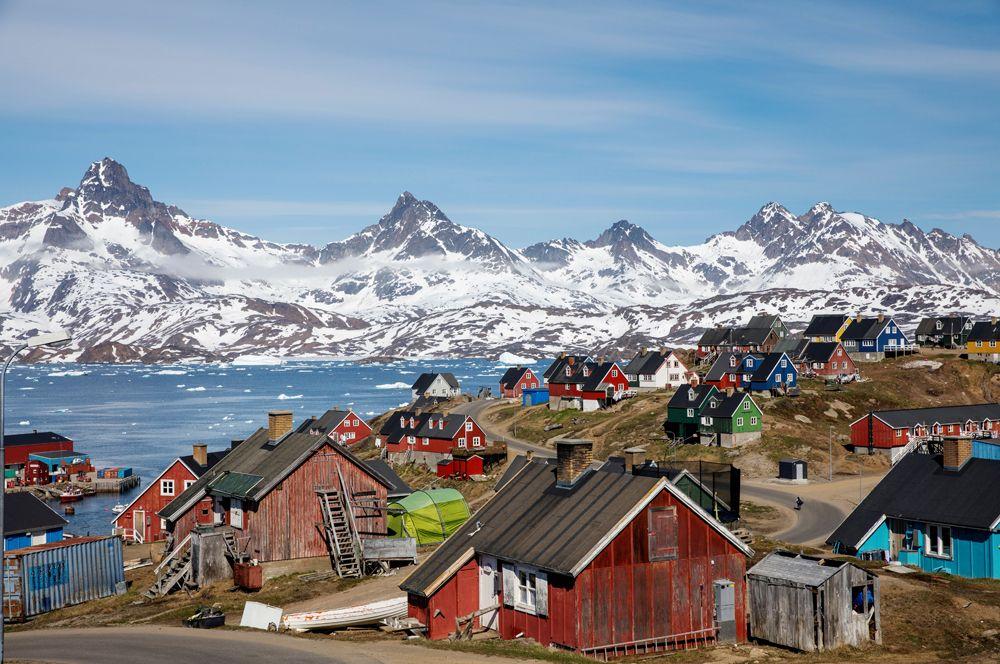 Заснеженные горы над гаванью и городом Тасиилак, Гренландия.