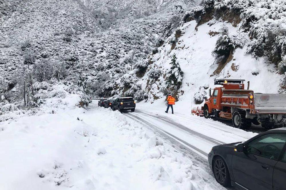Автомобили, застрявшие на автодороге Анджелес Крест в Калифорнии из-за снегопада.