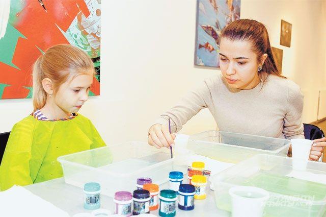 Преподаватель объясняет, как правильно готовить основу для техники рисования эбру.