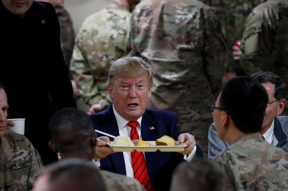 Президент США Дональд Трамп в честь Дня благодарения посетил на авиабазу Баграм в Афганистане, где пообедал с военнослужащими.