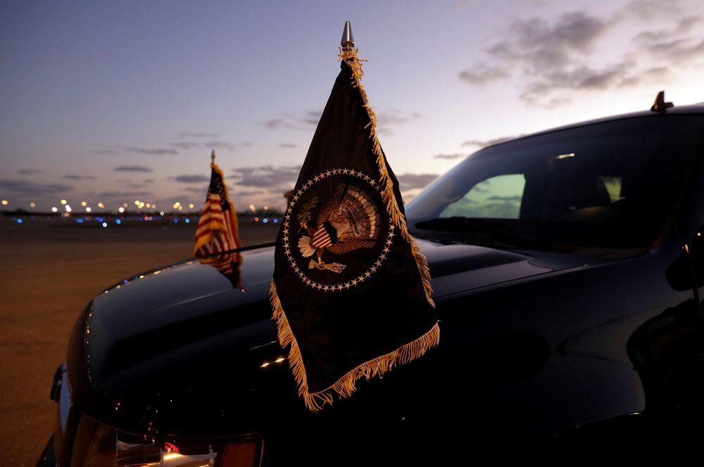 Автомобиль Дональда Трампа прибывает в международный аэропорт Палм-Бич во Флориде.