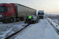 При столкновении грузовика и легковушки погибли пять человек.
