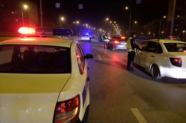 Сотрудники ГИБДД смогли заблокировать иномарку на проезжей части, но нарушитель протаранил патрульную машину и попытался скрыться.