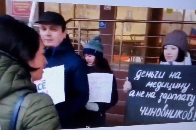 В Оренбурге к пикетчикам вышла Татьяна Савинова, министр здравоохранения Оренбургской области.