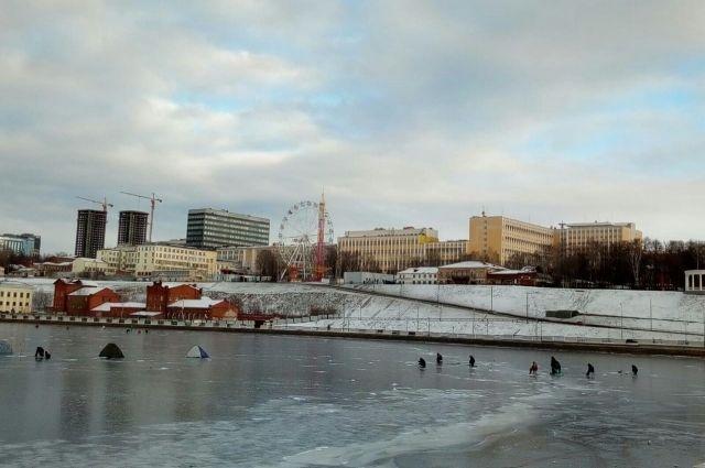 Жители Удмуртии провалились под лед и были спасены рыбаками