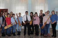 Лейтенант полиции не только показал свои уникальные инструменты, но также исполнил для посетителей выставки авторские песни под аккомпанемент своих творений.