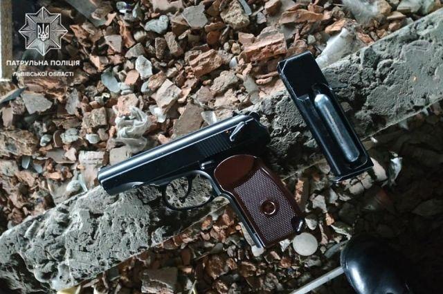 ЧП во Львове: подростки обстреляли жилой дом